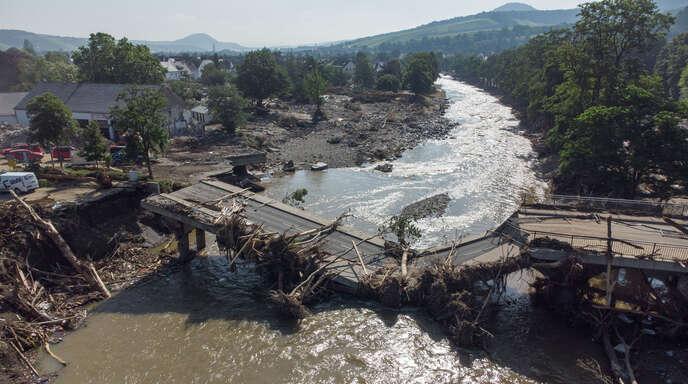 Rheinland-Pfalz, Ahrweiler, am 18. Juli: Völlig zerstört ist diese Brücke über die Ahr in Ahrweiler nach der Flutkatastrophe.