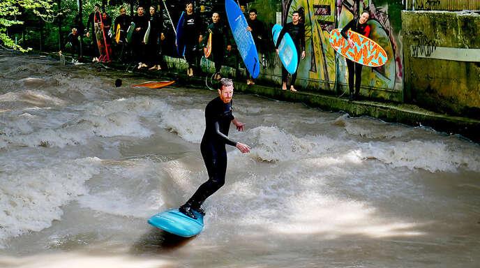 Bewegter Blickfang in München: Die geschickten Surfer an der Eisbachwelle im Englischen Garten.