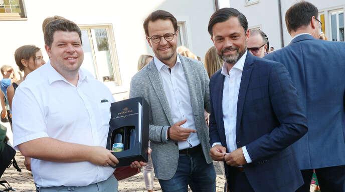Durbachs Bürgermeister Andreas König (von links) und OB Marco Steffens gratulierten Andreas Heck nach der Bekanntgabe des Wahlergebnisses.