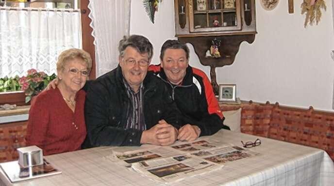 """Anne und Hubert Schilles mit Gastgeber Alois Wussler (von links). Hubert Schilles wurde während des Jahrhunderthochwassers als """"Held der Steinbachtalsperre"""" bekannt."""