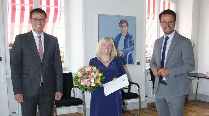 Volker Schebesta (links) und Marco Steffens (rechts) ehrten Carola Geppert-Tesch in der Feierstunde.