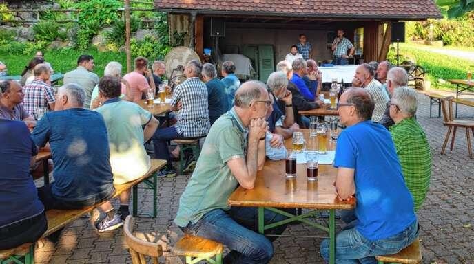 Ein idyllisches Plätzchen auf dem Schornhof hatte sich die FBG Wolfach/Oberwolfach für ihre Mitgliederversammlung ausgesucht. Die Stimmung war angesichts aktueller Holzpreise gut.