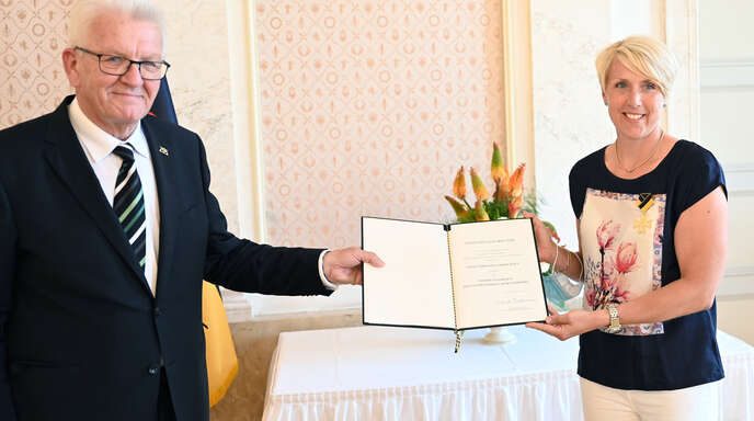 Christina Obergföll erhält von Winfried Kretschmann den Verdienstorden des Landes Baden-Württemberg.