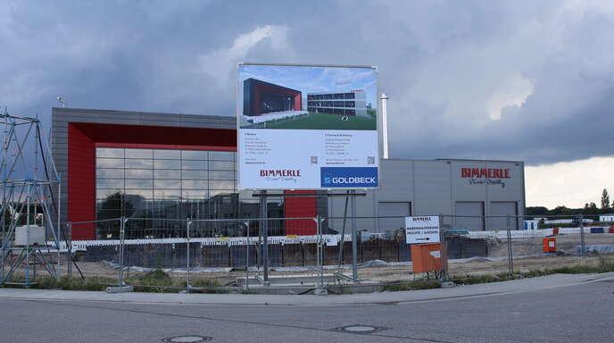 Die Arbeiten für den Neubau eines Verwaltungsgebäudes mit Tiefgarage für die Firma Bimmerle haben begonnen. Der Gemeinderat befürwortete den Bau eines 25 Meter hohen Brennturms.