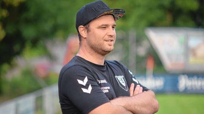 """Patrick Weis blickt mit Optimismus und Vorfreude seiner dritten und """"hoffentlich mal kompletten"""" Saison als Trainer des SV Steinach entgegen."""