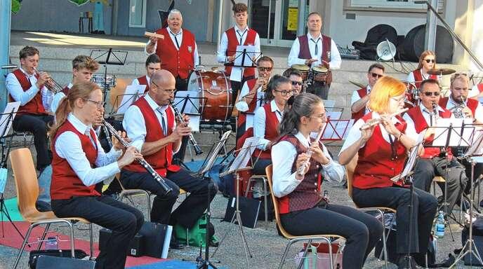 Auf dem Schulhof gab der Musikverein Rammersweier ein Sommerkonzert.