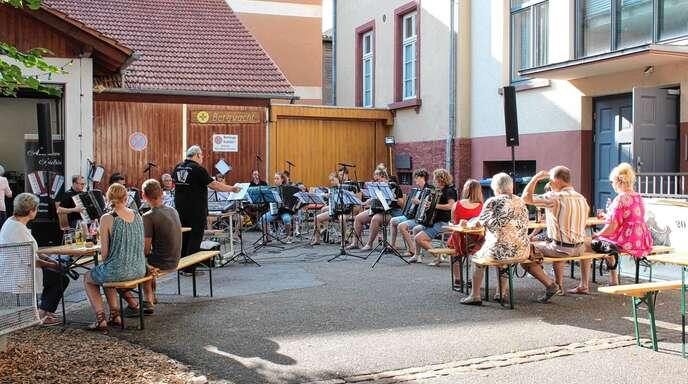 Akkordeon-Musik erklang in Zell-Weierbach auf den Platz hinter dem Schulmuseum.