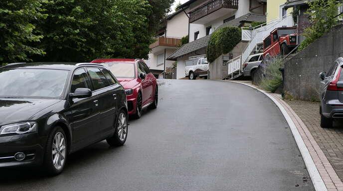 Für Abfall- und Schneeräumfahrzeuge ist das Wohngebiet Bühl häufig ein Hindernisparcours. Parkende Autos behindern oft den Verkehr.