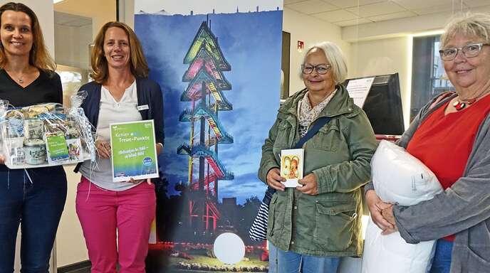 Bildunterschrift: Tourismus-Leiterin Antje Lenz und Rosa Brisson von der Kehl Marketing beglückwünschen die beiden Juni-Gewinnerinnen der Treue-Punkte-Aktion, Heidi Müller und Silvia Lischke-Vinzl.