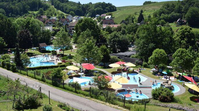 Mit Blick auf das Erlebnisbad Sasbachwalden sollen drei Häuser gebaut werden. Obwohl das Bad an manchen Tagen mehr Lärm macht als erlaubt, wird keine Schallschutzmauer nötig.