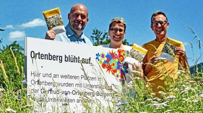 Auch für die Umwelt setzt sich die Bürgerstiftung ein. So wurde 2019 Wildblumensamen finanziert. Von links Torsten Sälinger, Bianca Kiefer und Bernd Vollmer.
