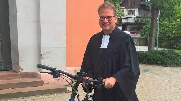 Die Altenheimer Friedenskirche erfährt am Sonntag eine Aufwertung – Pfarrer Gerald Koch freut sich darüber.
