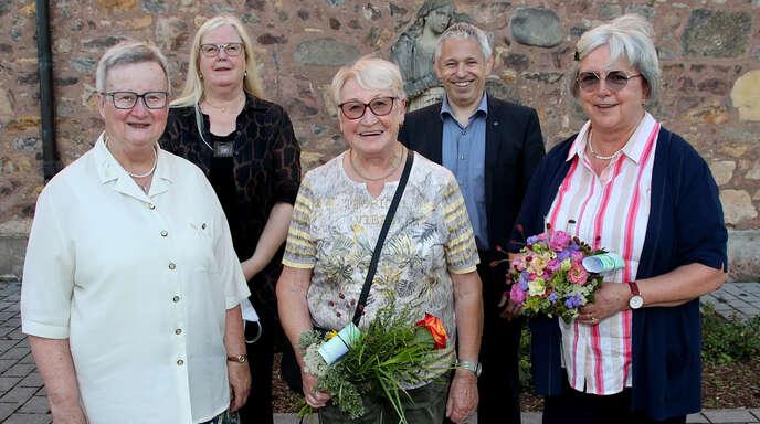 Die Caritas-Konferenz Achern ist nun offiziell aufgelöst, die Vertreterinnen des Diözesanverbandes ehrten und verabschiedeten die Frauen (von links): Ulrike Faulhaber, Dorothea Bohr, Lilo Huber, Pfarrer Joachim Giesler und die letzte Vorsitzende der Gruppe, Annette Bartsch.
