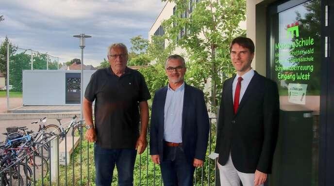 Bürgermeister Martin Holschuh (rechts) verabschiedete Martin Rotert (links) und begrüßte seinen Nachfolger Johannes Ell-Schnurr (Mitte).