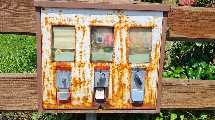 Es gibt wirklich viele Sehenswürdigkeiten entlang des Flusses zu entdecken, wie zum Beispiel dieser verrostete Kaugummiautomat.