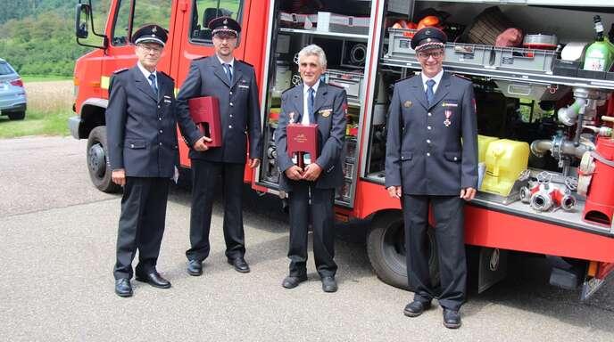 Jürgen Kimmig (rechts) verabschiedeteRoland Maier (stellvertretender Kommandant der Freiwilligen Feuerwehr Oberkirch), Michael Panter (stellvertretender Abteilungskommandant) und Josef Panter.