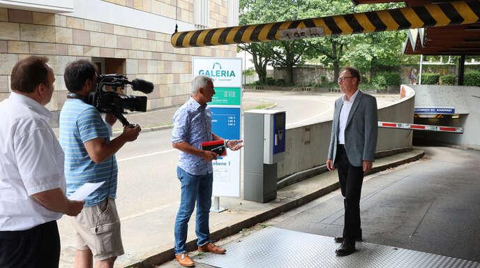 Für das ZDF erstellt die Firma Südfilm einen Beitrag über den Hertie-Parkhaus-Mord. Bei den Dreharbeiten: Regisseur Stefan Ummenhofer (links) sowie die lokalen Experten Manfred Schäfer (Mitte, Hitradio-Ohr-Moderator) und Burkhard Bellemann (rechts, Kripo).