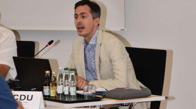 Willstätts Kämmerer Philipp Kaufmann bei der Präsentation seines letzten Haushaltszwischenberichts im Willstätter Gemeinderat. Im Herbst wechselt er zur Stadt Offenburg.