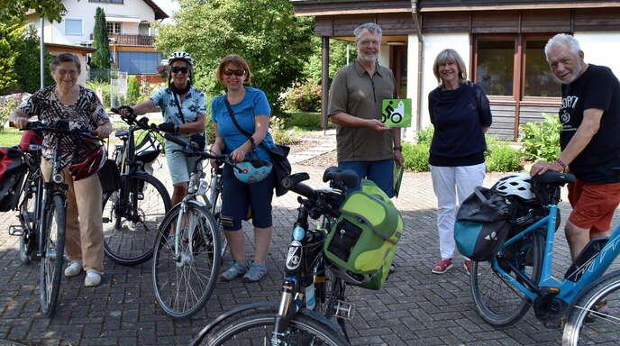 """Für die Teilnehmer der Tour """"Vier Kirchen an der Kinzig"""" mit Ulrich Sapel (Vierter von links) gab es einen freundlichen Empfang beim ökumenischen Gemeindezentrum mit der Kirchenältesten Barbara Felchner (Fünfte von links)."""