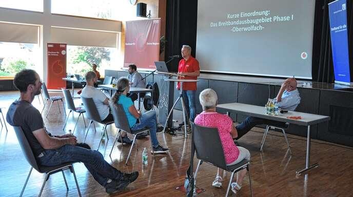 Horst Stucker (vorne) erläuterte den Besuchern der Informationsveranstaltung den Glasfaserausbau in Oberwolfach.