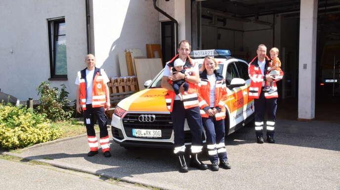 Notarztteam-Leiter Manuel Abels (von links), das Notarztehepaar Raphael und Bettina Siepe mit Martha sowie Notarzt Matthias Mörsdorf mit Paul.