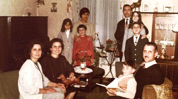 Das Foto ist in der besetzten Wohnung aufgenommen und zeigt v.l.: Serafina Boscia, ihre Schwester Katharina Lando, Maria Boscia, Rosi Kropp, Bettina Lando, Nicola Boscia, Pina Boscia, Santo Lando, Salvatore Lando, Santo Boscia