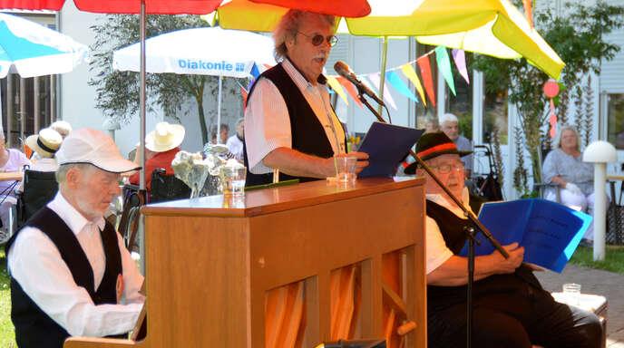 Das Moscherosch-Trio im Garten des Dr.-Friedrich-Geroldt-Hauses: Hans Schneidewind am Klavier, in der Mitte Werner Hetzel (Moscherosch), rechts Heinz Zimmer.