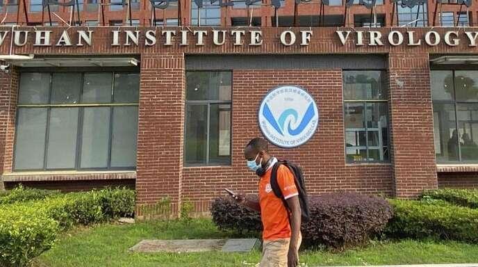Ein Mann passiert das Wuhan Institut für Virologie. Foto: -/kyodo/dpa