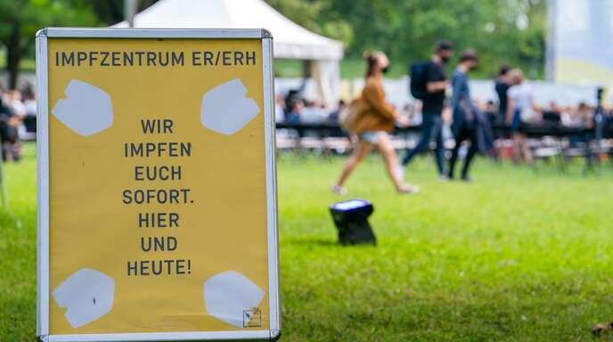 """Auch durch Impfangebote bei Veranstaltungen wie hier bei der """"Kulturinsel Wöhrsmühle"""" in Bayern sollen Impfstoffe zu den Menschen gebracht werden."""