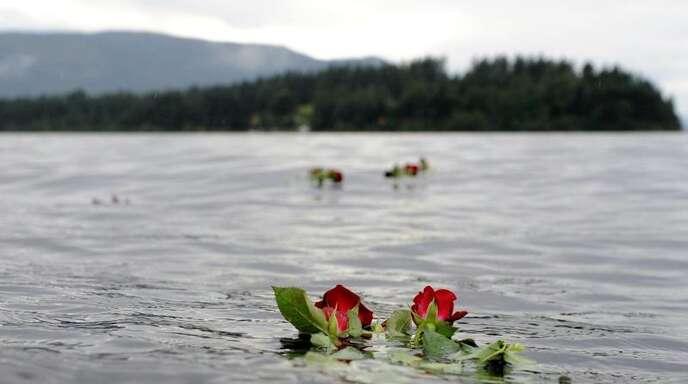 Eine Rose schwimmt im Gedenken an die Opfer des Anschlags des norwegischen Massenmörders Anders Behring Breivik vor der Insel im Wasser. Foto: Jörg Carstensen/dpa