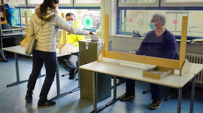 Eine Mannheimerin bei der Stimmabgabe zur Landtagswahl im März.