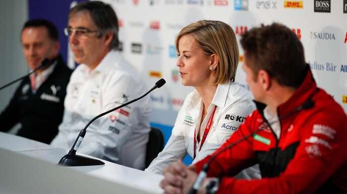 Susie Wolff bei einer Pressekonferenz umringt von ihren männlichen Teamchef-Kollegen aus der Formel E.