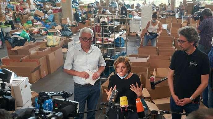 Die rheinland-pfälzische Ministerpräsidentin Malu Dreyer und Innenminister Roger Lewentz besuchen das Spendenzentrum am Nürburgring. Foto: Thomas Frey/dpa