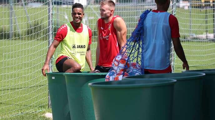 Daniel Didavi (links) und Sasa Kalajdzic vom VfB Stuttgart in der Eistonne im Trainingslager in Kitzbühel in Österreich. Wo zieht es die anderen Bundesliga-Clubs hin?