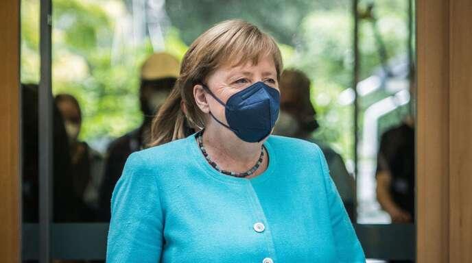 Die Vorsichtsregeln wie Abstand und Maskentragen sowie regelmäßiges Testen seien wichtig, aber der Schlüssel zum Überwinden der Pandemie sei das Impfen, betonte Merkel.