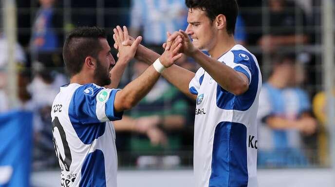 Julian Leist kehrt zu den Stuttgarter Kickers zurück. Hier feiert er mit Enzo Marchese.