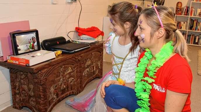 """Gegen das """"Einrosten"""" im Lockdown haben der TV Achern und dessen Übungsleiter zahlreiche Angebote als Online-Turnen entwickelt – hier die Übungsleiterin Christine Hug-Dietrich und ihre Tochter Emilia bei der Video-Kontaktnahme mit den Turnkindern."""