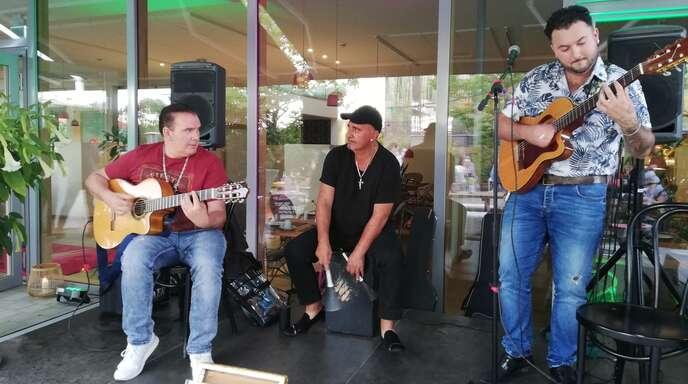 Eine international bekannte Musiker-Familie auf der Bühne in Kehl (von links): Paquito Lorier (Gitarre), Yano Lorier (Percussion) und Sandro Lorier (Gitarre, Gesang).