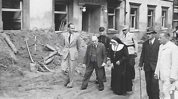 Staatspräsident Leo Wohleb (zweiter von links), Landrat Hess, Bürgermeister Adolf Schoch und Oberin Stephanie besichtigten das Überflutungsgebiet.