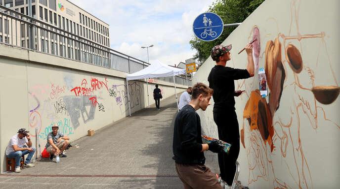 """Grau als Grundierung: Im Rahmen von """"Double Trouble"""" setzten deutsche und französische Graffitikünstler ihre Werke in der Offenburger Burda-Unterführung um."""