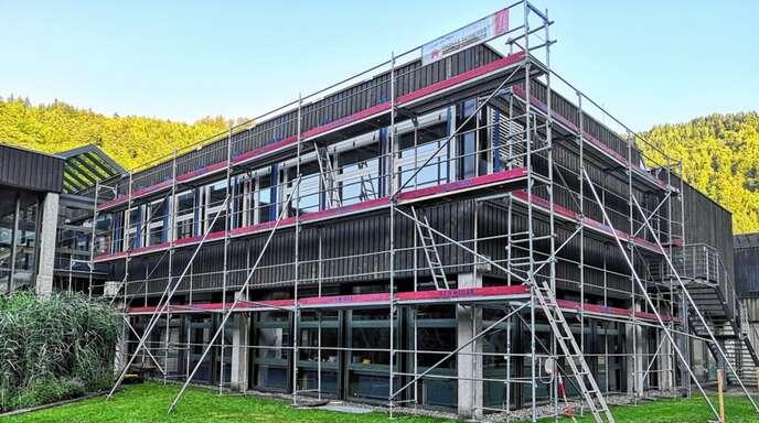 Das Gerüst für die Fassaden- und Fenstersanierung an der Realschule Wolfach in den Sommerferien steht schon. Doch für die weiteren monierten Fenster, die getauscht werden müssen, fehlt noch das Geld.