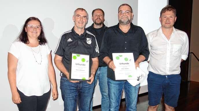 Zwei neue Ehrenmitglieder beim FC Kirnbach: Das Vorstands-Trio Bettina Schuhmacher, Günter Wöhrle (hinten) und Andreas Esslinger (rechts) gratulierte den JubilarenHans Lehmann (Zweiter von links) und Oliver Müller.