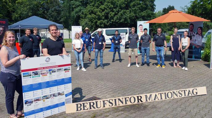 Lea Gutmann und Thomas Würthle mit den Bildungspartnern am Infotag auf dem Schulhof.