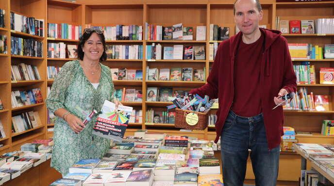 Startschuss für das neue Gewinnspiel: Iris Sehlinger, Geschäftsführerin des Stadtmarketingvereins Oberkirch, und Georg Börsig, Inhaber der Bücherinsel, mit den Teilnahmeflyern.