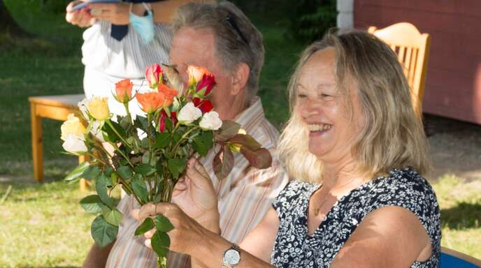 Silvia Krämer nimmt die Rosen der Kinder an, verdeckt dahinter ihr Ehemann Herwart.