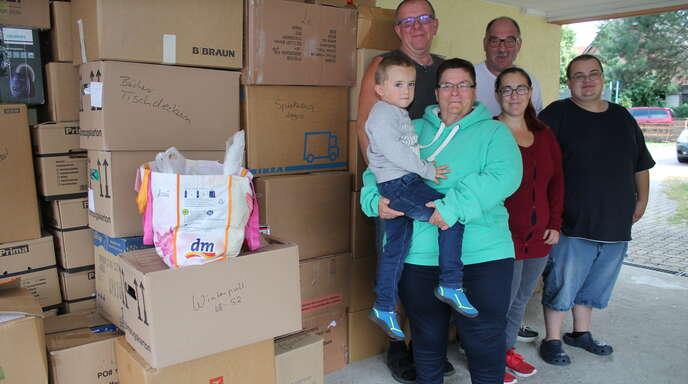Sie helfen gerne (von links): Jonas auf dem Arm von Annette Echtle, Wolfgang Echtle, Jasmin Plack, Hubert Kuderer und Niklas Plack.