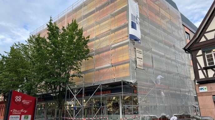 Die Fassade der Drogerie Müller wird erneuert.