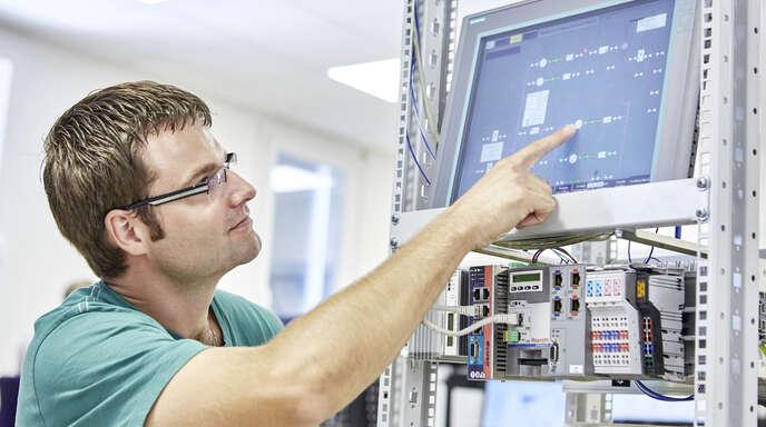Modernste Computertechnik steckt hinter jedem Pressvorgang. Presstec in Kehl deckt alle Geschäftsbereiche ab: den Neubau von Pressen, Wartung und Service, IT-Entwicklung, Sicherheitstechnik sowie die Vermittlung von Pressen.