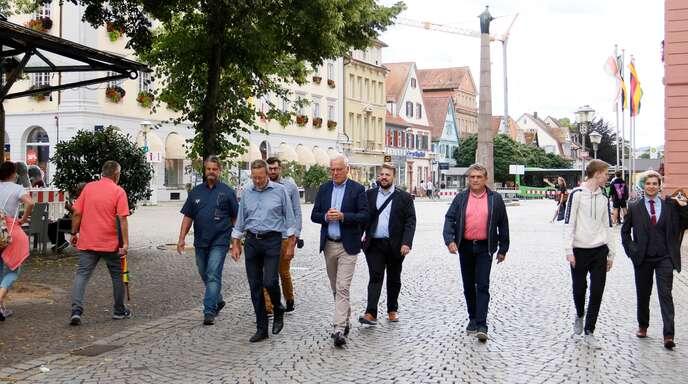 Heinrich Kuhn (von links), Achim Kirsche und Tobias Isenmann von den City Partnern beim Stadtspaziergang mit den Bundestagskandidaten Thomas Zwalaski, Martin Gassner-Herz, Adolf Huber, Simon Bärmann und Cornelius Lötsch.