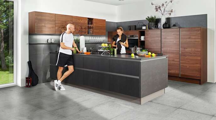 """Offene Wohnküchen sind längst zum """"Wohlfühl""""-Ort für die ganze Familie geworden."""